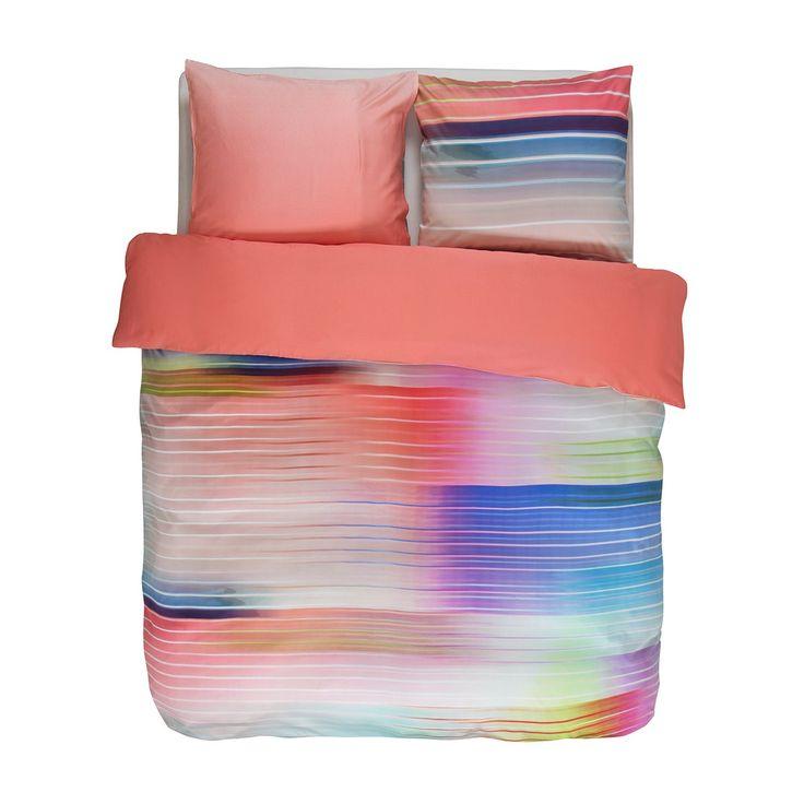 Essenza Mako-Satin Wendebettwäsche Fais aus feinster Baumwolle mit edlem Glanz. Traumhaft schön bringt das gestreifte Motiv auf der weichen Bettwäsche Farbe ins Schlafzimmer. Die Rückseite der angenehmen Bettwaren ist in Uni gehalten. #bettwäsche #bedding #modern #modernebettwäsche #bunt www.bettwaren-shop.de