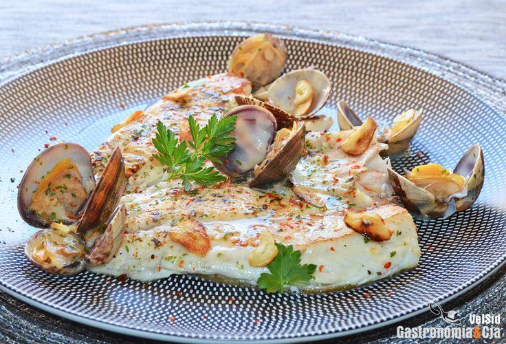 Un buen pescado a la plancha y unas almejas al vapor se unen en este sencillo y suculento plato que os traemos hoy. La receta de la Dorada al plancha con almejas es muy fácil y rápida de hacer, por lo que puede ser el plato principal de cualquier día de la semana. Seguro que habéis comido la dorada de alguna forma similar, en caso contrario, es hora de probarla.