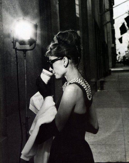 Audrey Hepburn bebiendo café
