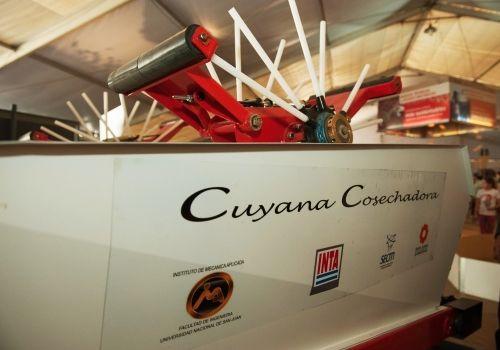 Presentamos Cuyana Cosechadora, la primera para uvas en parral: El INTA y la Universidad Nacional de San Juan presentaron el primer prototipo desarrollado en la Argentina que recolecta y limpia la vendimia. Este logro permite extender la cosecha durante 24 horas.