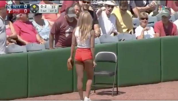 Una recogepelotas causa sensación en partido de béisbol (VIDEO) - http://www.esnoticiaveracruz.com/una-recogepelotas-causa-sensacion-en-partido-de-beisbol-video/