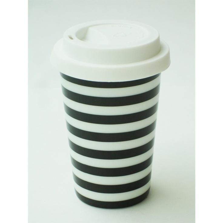 Disfruta de tu café manteniéndolo caliente y sin quemarte las manos en esta taza con doble fondo de porcelana  Viene con tapa para tomar sin derramar  Blanco con rayas o puntos negros  https://enviaregalo.com/producto/a-domicilio/taza-mug-termica-con-tapa