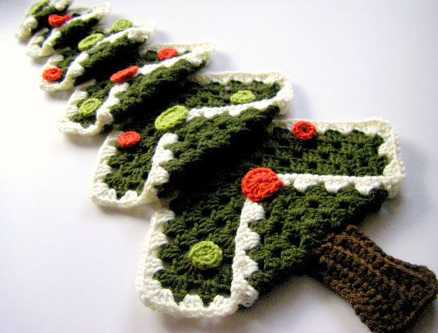 Simple granny square crochet Christmas tree. See the vintage tree, for a different way to decorate it. ❥Teresa Restegui http://www.pinterest.com/teretegui/ ❥