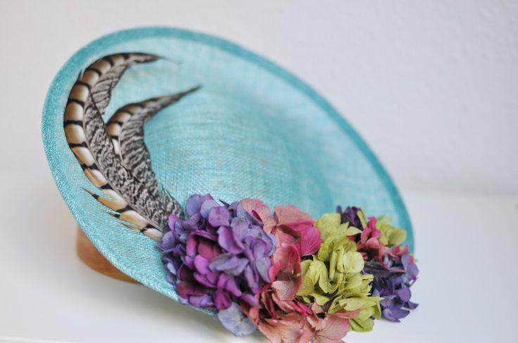 Tocado base con hortensias y plumas naturales Mod:008