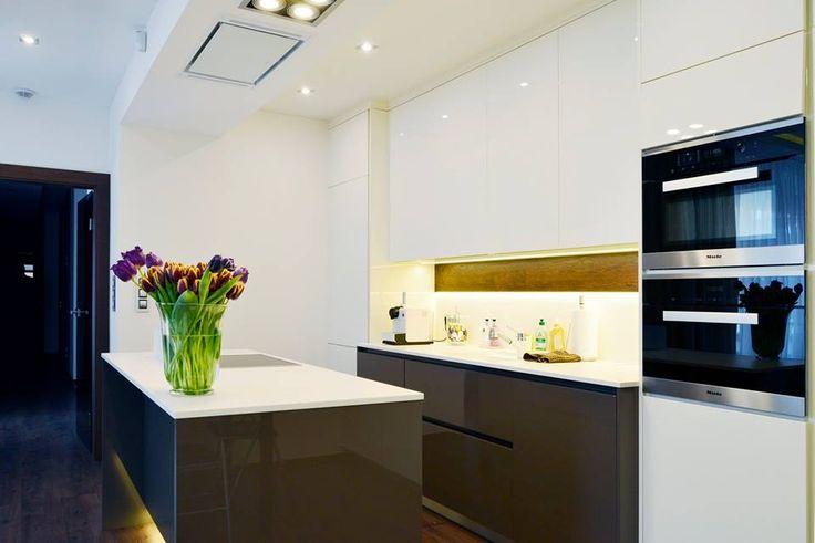 Realizace kuchyňské linky Elite.  Zajímavým detailem je zde dýha aplikovaná na zástěnu kuchyňské linky, která se snoubí s obložením interierových dveří.  ~ Materiál: Oboustranný sedmivrstvý lak magnolia, mocca  #hanakhomedesign #elite
