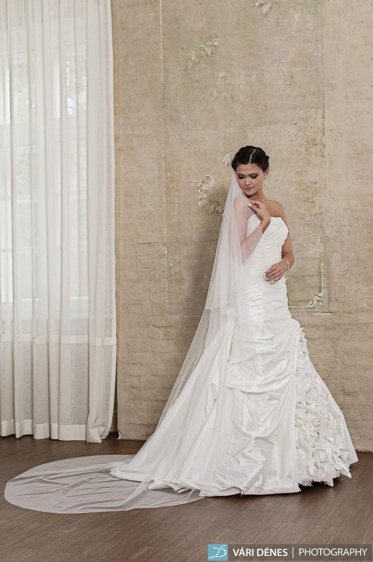körfátyol, ami puha tülljének köszönhetően vagy nagyon moderné, vagy pedig igazi kiegészítője vintage hangulatú ruhádnak http://bridalmirage.hu