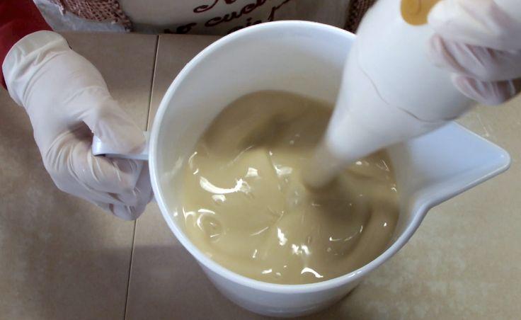 sapone fatto in casa - Cerca con Google fai bollire 5 litri di acqua poi riduci a pezzettini un pezzo di sapone scala , quando l acqua bolle spegni il gas e metti il sapone , un cucchiaio da cucina di bicarbonato , e un cucchiaio di soda poi mescoli bene e fai riposare una notte . poi se si è indurito troppo metti un pò di acqua calda mescoli con forza poi lo passi col frullatore a immersione e diventa una crema e poi imbottigli