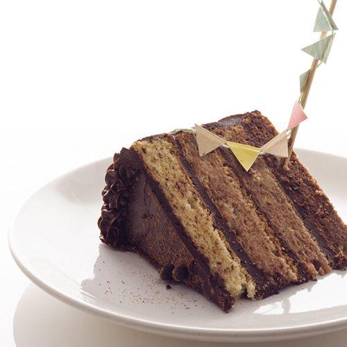chocolate ombre cake, un gâteau rayé au chocolat à base de gâteau léger en dégradé de cacao, et de ganache au chocolat.