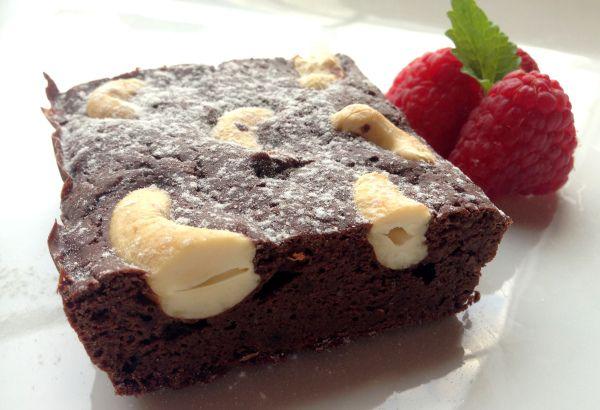 Sukkerfri & mager protein-brownies. Totalt: ca. 637-640 kcal.   Ingredienser: Egg, mager kesam, peanøttmel, sjokoproteinpulver, kakao.