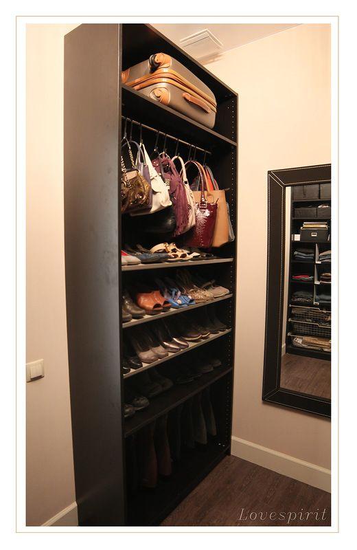 Шкаф для обуви и сумок. Сумки висят на кухонном рейлинге ) Удобно