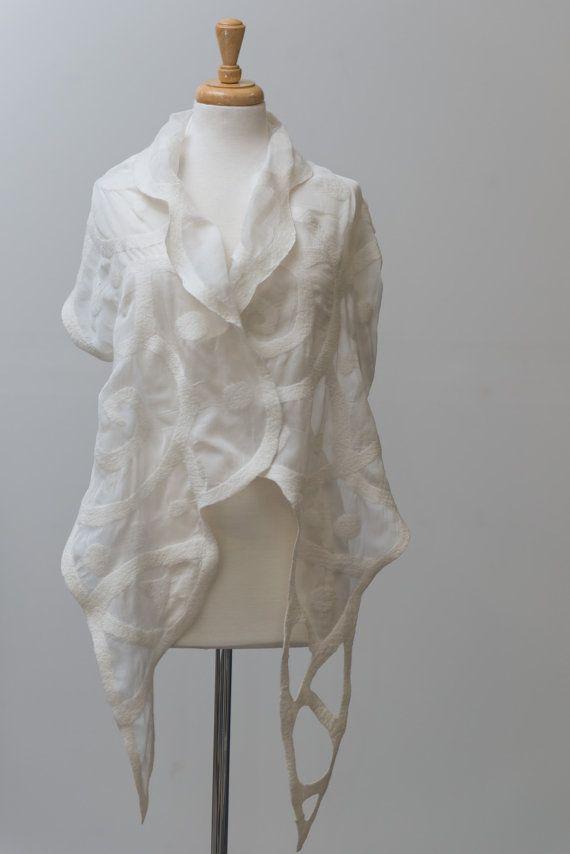 Nuno vilten zijden sjaal met mooie spiraal patronen. Handgemaakt met de zachtste merinoswol op zeer zachte zijde chiffon. Dit is een mooie twee-zijdige sjaal. Perfect om te dragen als een verklaring stuk. grootte: lengte: 86 duim (215cm) breedte: 16 inch (41 cm)   Zorg: Handwas in lauw water, squeeze van het water uit, hang om te drogen. Ijzer ingesteld op medium met stoom.