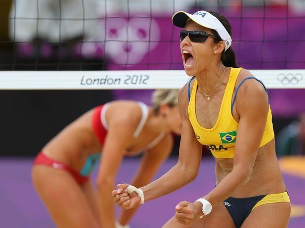 A brasileira Talita Rocha celebra vitória no vôlei de praia