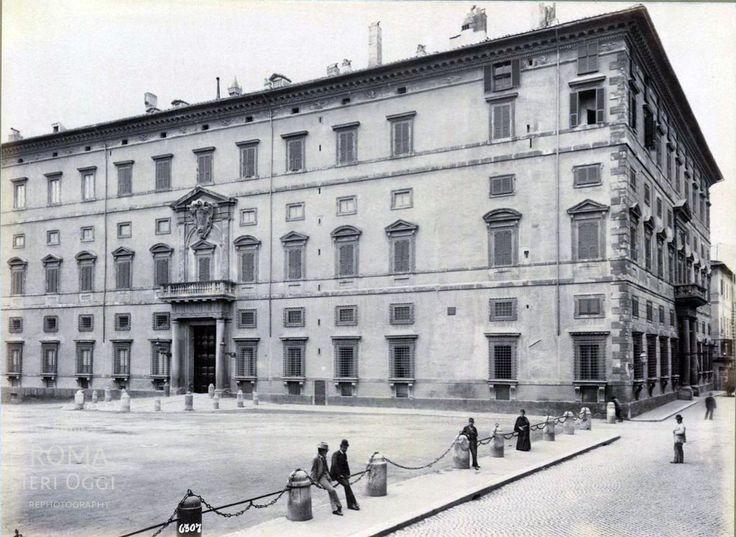 Piazza Borghese (1875 ca) in posa davanti a Palazzo Borghese.