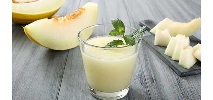 O sumo de melão para diminuir o colesterol é um excelente remédio caseiro, uma vez que essa fruta é rica em fibras, vitamina C e potássio que ajudam a redu