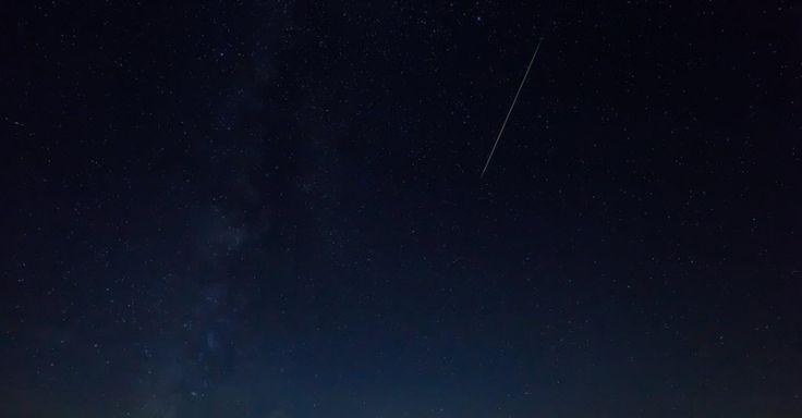 12/08/16. Chuva de meteoros Perseidas ilumina o céu de Burgos, na Espanha. O fenômeno, que ocorre anualmente no mês de agosto, foi estimado como o mais brilhante em anos e só deve ocorrer de forma semelhante em 2028.  Fotografia: Cesar Manso / AFP.  https://noticias.uol.com.br/ciencia/album/2016/08/12/veja-imagens-da-chuva-de-meteoros-perseidas.htm#fotoNav=5
