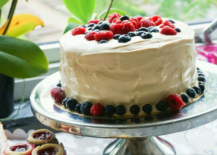 Tårta med färska bär och kolagrädde – Tessan Bakar