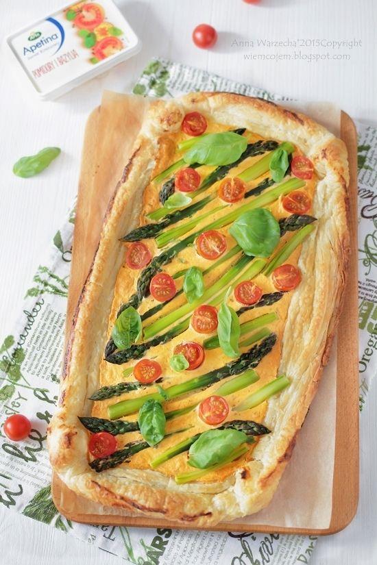 Szybka tarta pomidorowo-bazyliowa ze szparagami @ wiemcojem