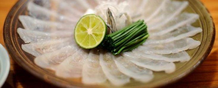 A que no te lo comes, Pez globo o fuguFotografía por Tony McNicol, Alamy Esas historias apócrifas sobre el hipertóxico pez globo, tan apreciado por los gastrónomos japoneses, son terriblemente ciertas. La tetrodotoxina es el veneno potente que puede convertir al fugu en una comida definitiva. Afortunadamente, los chefs entrenan durante años para dominar el arte de filetear este pescado, evadiendo los ovarios, el hígado y los intestinos, los cuales contienen una toxina tan letal que una…