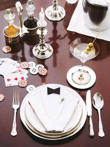Casino Royale ist Vorbild für die elegante Tischdeko in Silber und Schwarz-Weiß. An dieser festlichen Tafel würde James Bond sofort Platz