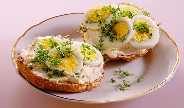 Tip na zdravé raňajky: Vajíčkové žemle so žeruchou   DobreJedlo.sk