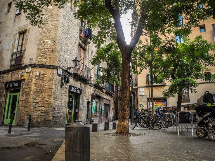 Barrio Gótico de Barcelona - El Barrio Gótico (en catalán y oficialmente Barri Gòtic) es uno de los cuatro barrios que forman el distrito de Ciutat Vella de Barcelona.  El Barrio Gótico es el núcleo más antiguo de la ciudad y su centro histórico. El cardus y el decumanus romanos son los ejes de urbanización históricos del barrio en su parte más alta, el antiguo Monte Táber (plaza San Jaime).