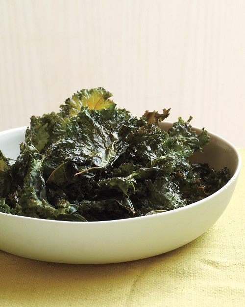 Chili-Sauce Kale Chips - Opt for these irresistible snacks instead of potato chips to work more greens into your diet.Potatoes Chips, Chilis Sauces Kale, Kale Recipe, Kale Chips, Kalechips, Food, Martha Stewart, Chilisauc Kale, Chips Recipe