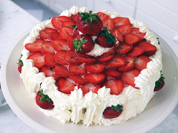 Gräddtårta med jordgubbar och fläder