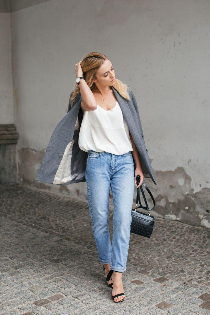 """jeans / dżinsy - Wood Wood shoes and silk top / buty i jedwabny top - Tallinder watch / zegarek - Daniel Wellington jacket / żakiet - MLE Collection bag / torebka - Zara  Słynne """"mom jeans"""", czyli niebieskie dżinsy z wysokim stanem iluźną, lekko zwężąjącą się nogawką, wróciłydo łask i czuję, że zostanąz nami na długo.Symbol lat dziewięćdzisiątych stał się dziś niezastąpionym elementem nonszalanckich zestawów, bo udowadnia, że ich właścicielki mają do siebie dystans inie muszą…"""