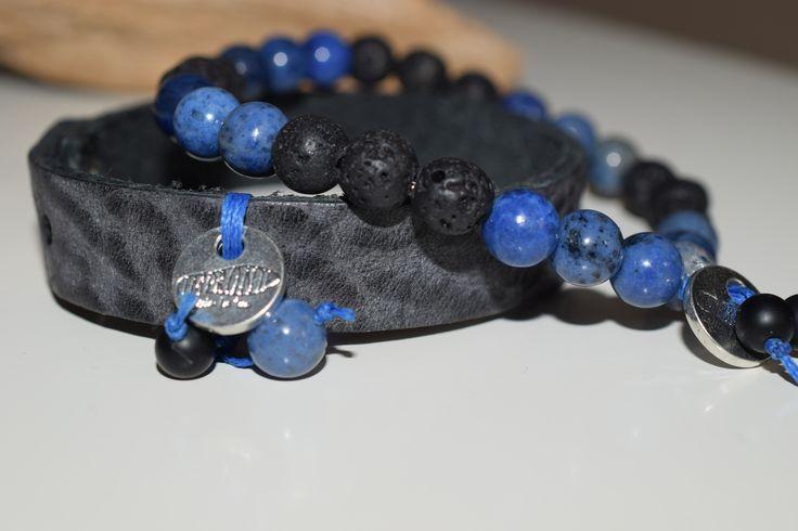 PÁNSKÉ TRIO-MODRÝ Náramková set složen ze dvou náramků, kožený, šedě melírovaný,šíře 1cm, zapínání na patent s medailonkem Impronte, ozdobným modrým uzlem s drahým kamenem Sodalit a Onyx. Náramek z drahých kamenů Sodalit a Lávový kámen a Onyx. Navlečen na pevné pružné gumičce.