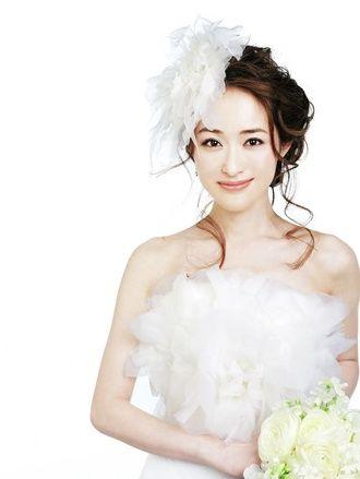 みずみずしい花嫁姿を印象づけるのはふわふわのコサージュ/Front