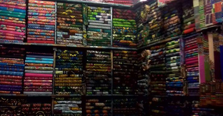 #batik stoffen zoeken op de markt voor #Thamani Fashion