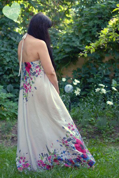 Długa, letnia sukienka za kostki. Wiązana na szyi odkrywa urokliwie gołe plecy. Zwiewna tkanina w akwarelowe kwiaty łapie wiatr w żagle.  *Znakom...