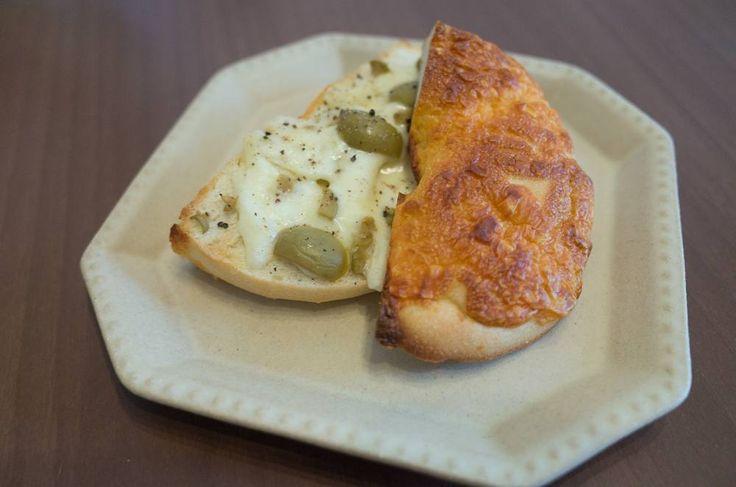またコストコ行ったのでチーズのベーグルに塩漬けオリーブとチーズ塗ったやつ