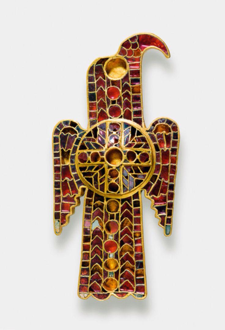 Fíbula aquiliforme del tesoro de Domagnano (San Marino). Ostrogoda. ca. 500 d.C. Placas de oro soldadas para formar un mosaico de celdillas (Cloissonee) en el que se alojan piezas recortadas de granates (tipo almandin), lapislázuli, perlas y cristal verde. Germanischen Nationalmuseum Nürnberg Inv nº FG 1608. Foto: Jurgen Musolf / http://www.gnm.de/ausstellungen/dauerausstellung/vor-und-fruehgeschichte/