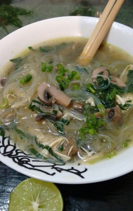 Sopa de fideo chino con hongos, pollo y espinaca