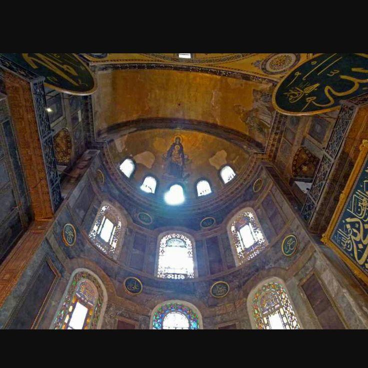 Lo spettacolare abside della basilica di Santa Sofia. Il soffitto era ricoperto da mosaico dorato, al cui centro era raffigurata una madonna con crsito bambino in braccio.
