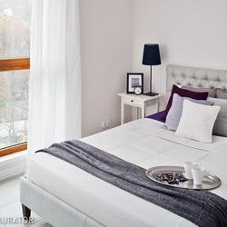 zagłówek łóżka, stolik nocny, barwy
