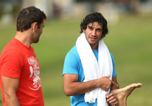 Cameron Smith and Jonathan Thurston talk during an Australian Kangaroos training session at Coogee Beach on April 15, 2013 in Sydney, Australia. #Australia #Kangaroos #Training #Session