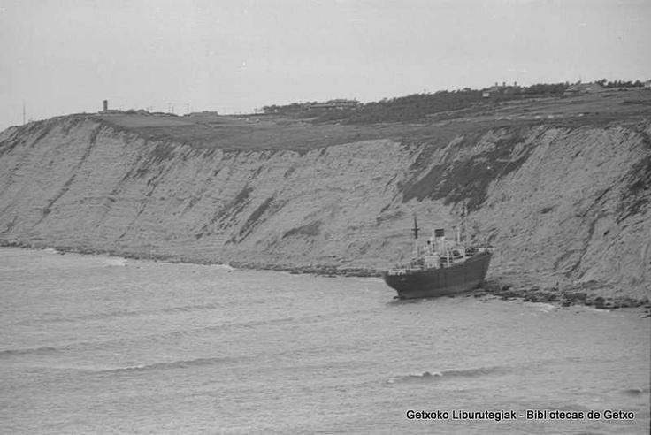 """Athen"" itsasontzi grekoa Galean hondartuta / Barco griego ""Athen"" encallado en La Galea el 10 de enero de 1974 (ref. EGN6088) Foto: © Eukeni Gallastegi"