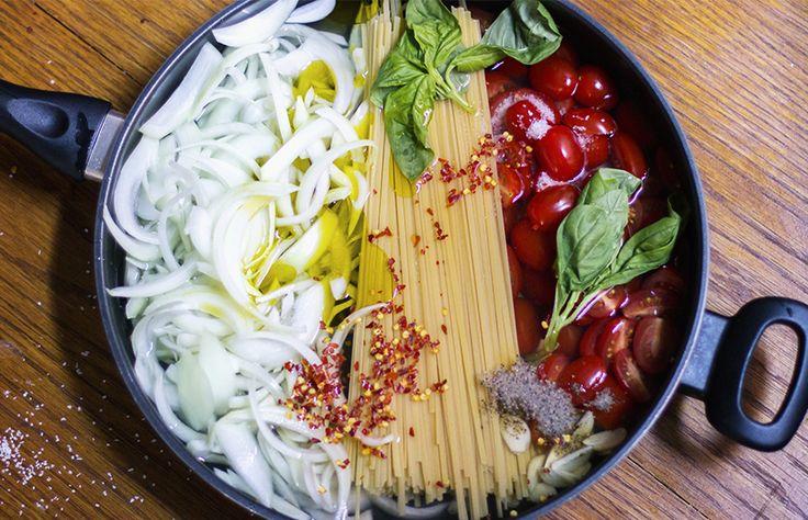 Macarrão de uma panela só // Receita fácil, rápida e gostosa de macarrão com tomate, cebola e manjericão, para almoço ou jantar // +em casaecozinha.com :-)