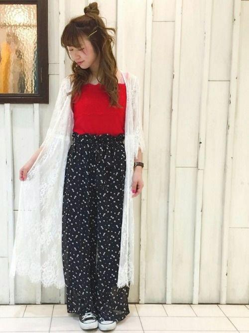 レッドトップス&マキシ丈レースガウンは 女子の鉄板アイテム✨✨ 黒ベースの花柄ワイドパンツを合わせれ