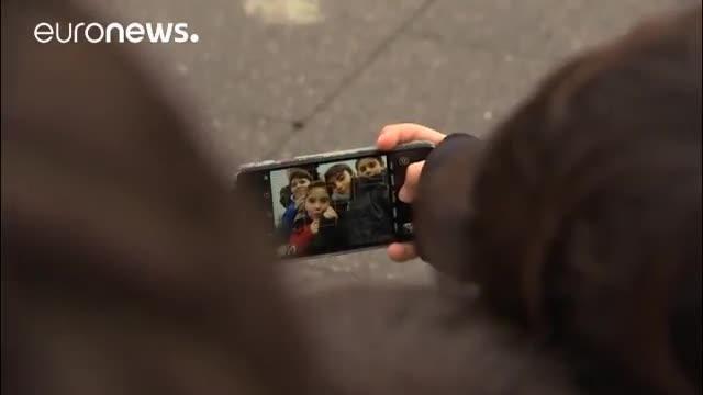 """La mode des selfies aurait un effet particulièrement indésirable : elle favoriserait la propagation des poux. Des établissements scolaires de Flandre en Belgique font face à une épidémie et ils pointent parmi les causes potentielles ces autoportraits photographiques très prisés des jeunes. Info ou intox ? Des écoliers belges réagissent : """"Quand on y réfléchit bien, c'est possible. Car on veut être le plus proche possible les uns des autres, et donc les poux peuvent facilement sauter ..."""