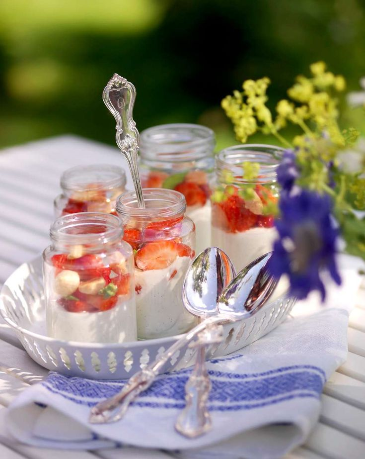 SÖT ᏋFTᏋᖇᖇÄTT MᏋᎠ ᎩOᎶHUᖇT || Smaken av rom ger extra knorr till den här toppengoda efterrätten | 6 port. 1 vaniljstång ~ 6 dl turkisk yoghurt ~ 3/4 dl florsocker ~ Rivet skal av 1/2 citron {Jordgubbar med rom} 400 g jordgubbar ~ 3 msk mörk rom ~ 3 msk florsocker {Garnering} Mandelbiskvier ~ Kryddgrönt | (1)Snitta vaniljstången och skrapa ur fröna. Blanda yoghurt, vaniljfrön, florsocker och rivet citronskal. (2)Ansa och dela jordgubbarna. Blanda försiktigt samman dem med rom och…