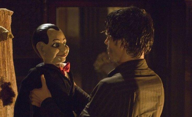 Bonecos arrepiaram em filmes de terror-RITOS MORTAIS (2007) Dos mesmos criadores de Jogos Mortais, o filme de horror conta a história de um boneco de ventríloquo chamado Billy