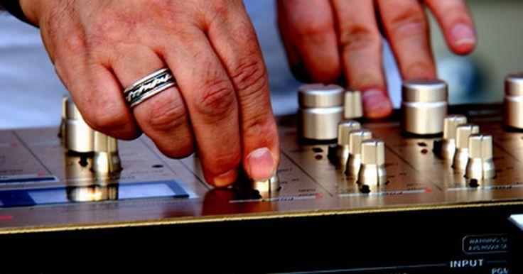 Como usar o Traktor Pro para discotecar. Com a música digital se tornando mais comum, disc jockeys - ou DJs - estão fazendo a transição para usar arquivos de música MP3 em seus sets. O Traktor, desenvolvido pela Native Instruments, é um exemplo de programa utilizado por DJs. Um DJ pode decidir usar os controles na tela do Traktor Pro ou ligar um controlador Musical Instrument Digital ...