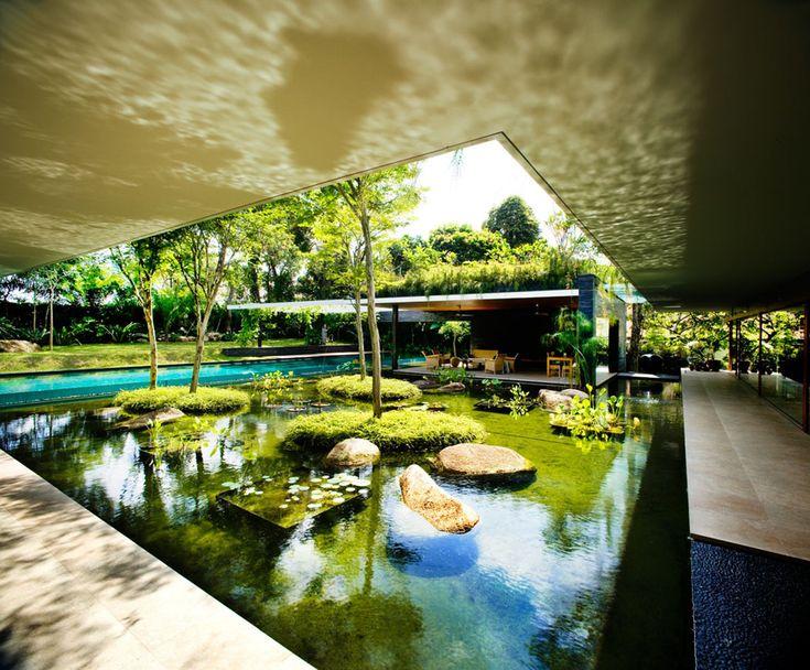 Petit lac artificiel qui permet à la demeure de se fondre dans le cadre environnant