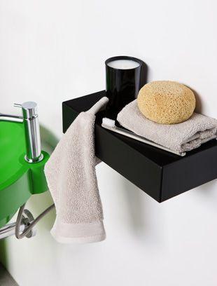 Estante/toallero TOXO en poliuretano de piel integral con estructura interior de acero.  BO!NG.