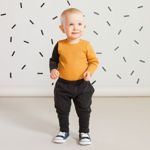 SNAP baby housut, musta | Raikas kesämallisto 2016 on nyt saatavilla. Tee tilaus NOSH vaatekutsuilla, edustajalta tai verkosta nosh.fi (This clothing collection is available only in Finland but you can shop these wonderful prints from our SS16 fabric collection at en.nosh.fi)