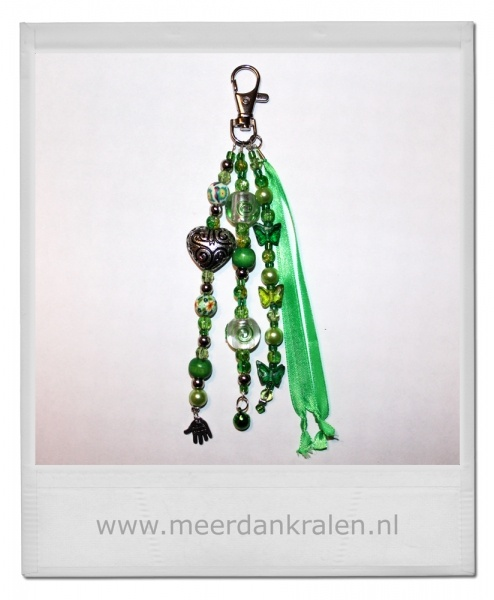 Tashanger/Sleutelhanger, satijnlint en diverse soorten kralen en bedels in een groen kleurthema met metal look hartje.