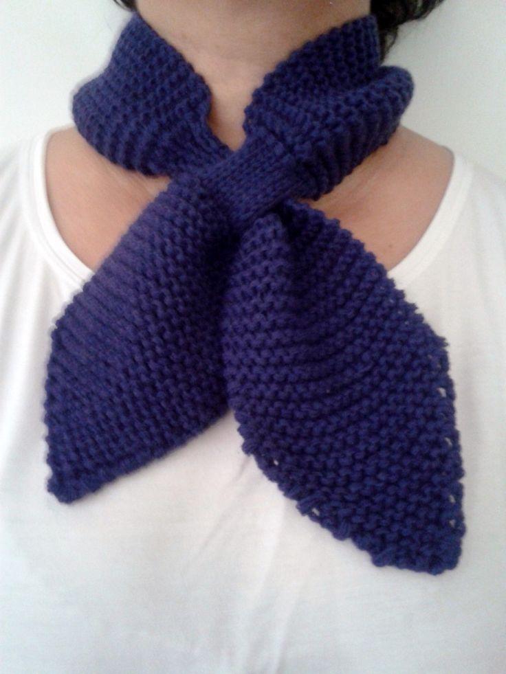 Cachecol em tricô, feito a mão, tipo gola/gravata de lã, na cor roxo. <br>Presenteie com bom gosto e economia.